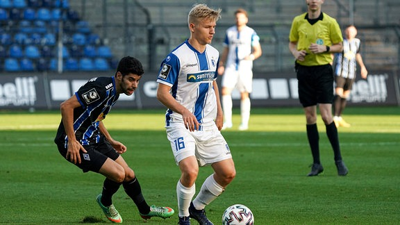 v.li.: Hamza Saghiri SVWM, und Andreas Müller, FC Magdeburg, in Aktion.
