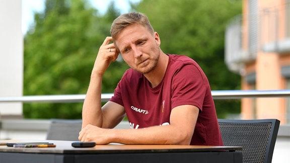 Marco Hartmann auf einer Terrasse am Hotel