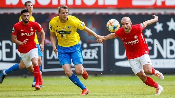 Marius Groesch (FC Carl Zeiss Jena) im Zweikampf mit Manfred Starke (1.FC Kaiserslautern)