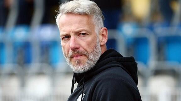 Trainer Mark Zimmermann am Spielfeldrand.