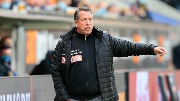 Markus Kauczinski, Trainer Dresden, Trainer gibt Anweisungen.