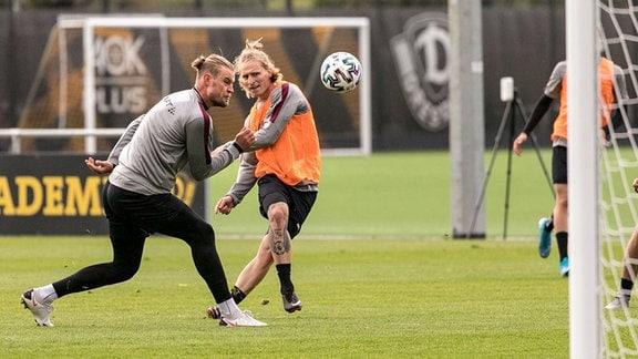 Trainingseinheit am Vormittag - Sebastian Mai li. und Marvin Stefaniak Neuzugang vom VfL Wolfsburg beim Schuss aufs Tor.