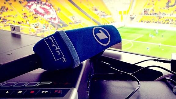MDR-Info-Mikrofon im Stadion Dresden