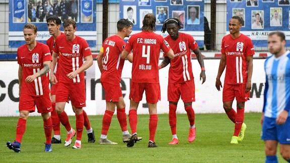 Aaron Opoku (FC Hansa Rostock, 19) jubelt nach seinem Tor zum 0:2 mit seiner Mannschaft.
