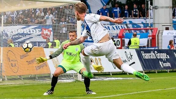 Philip Türpitz (1. FC Magdeburg) gegen Torwart Erik Domaschke (SV Meppen)