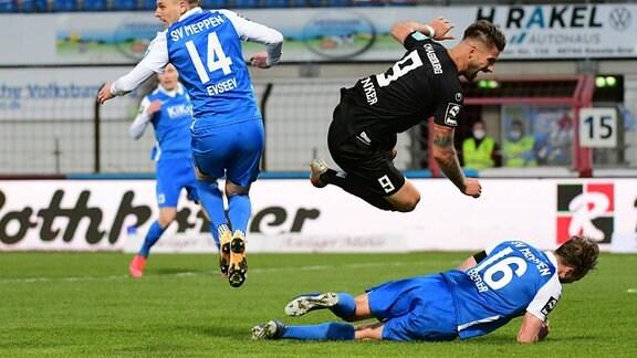 Kai Bruenker (1. FC Magdeburg 9) ueber Florian Egerer (SV Meppen 16), Willi Evseev (SV Meppen 14)