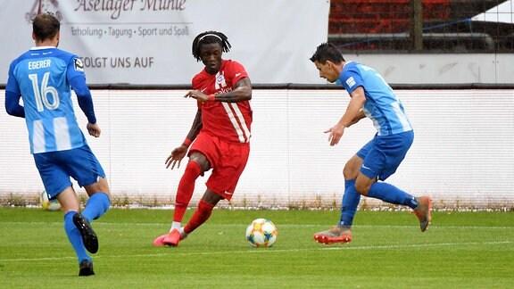 im Bild v.li. Aaron Opoku FC Hansa Rostock, 19 und Janik Jesgarzewski SV Meppen, 3 im Zweikampf