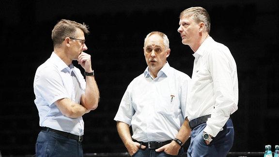 Vorstandsvorsitzender Notvorstand Andreas Georgi, Versammlungsleiter Mario Lengtat und Ex-Aufsichtsratsvorsitzender Uwe Bauch.