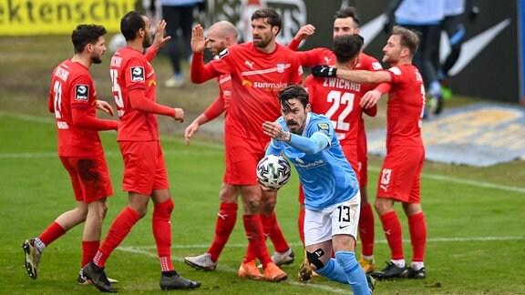 Dennis Erdmann TSV 1860 München, 13 reklamiert, im Hintergrund bejubeln die Zwickauer Spieler das Tor zum 0:1