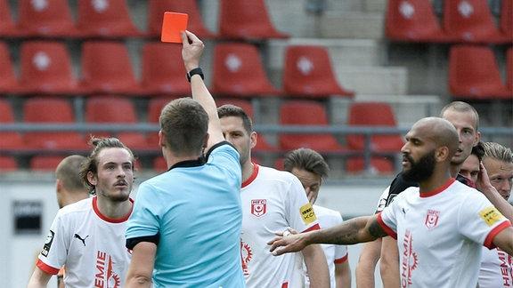 v.li. Niklas Kastenhofer, Hallescher FC, bekommt von und Schiedsrichter Florian Exner, Münster die rote Karte gezeigt.