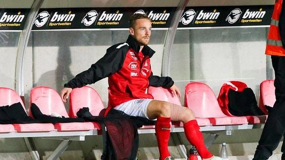 Nils Butzen 16, Zwickau verletzt auf der Bank