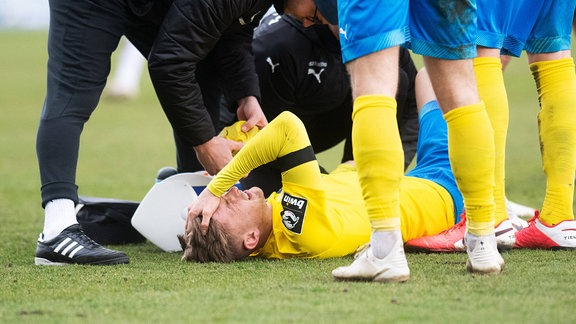 Ole Käuper am Boden verletzt mit schmerzverzerrten Gesicht