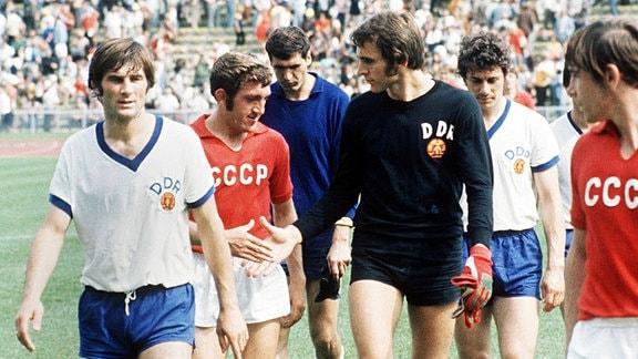 Olympische Spiele 1972: Spiel um Platz 3 zw. UdSSR - DDR, Peter Ducke, dahinter Torwart Jürgen Croy macht Shakehands mit einem sowjetischen Spieler.