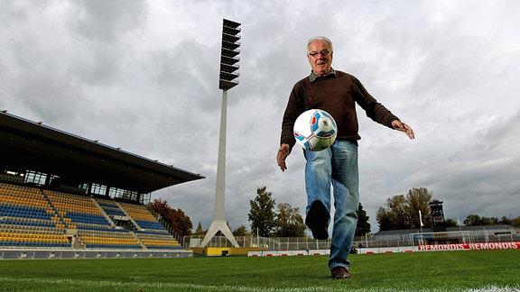 Peter Ducke jongliert mit dem Ball im Ernst Abbe Sportfeld.