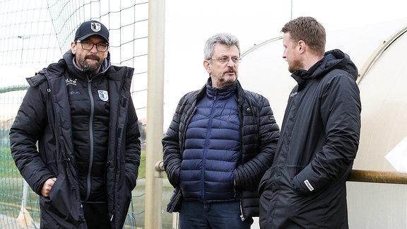 Präsident Peter Fechner Mi. kommt am Deadline-Day zum Nachmittagstraining und spricht mit Trainer Claus Dieter Pele Wollitz und dem Leiter der Lizenzspielerabteilung Maik Franz 1. FC Magdeburg