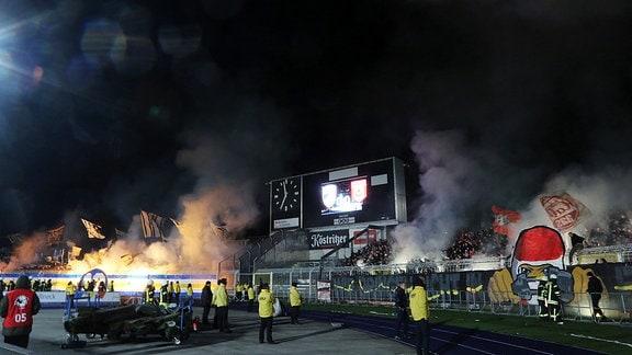 Pyrotechnik im Stadion (Jena gegen Hallescher FC)