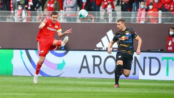 v.l.: Petar Musa (24, Union) und Willi Orban (4, RB Leipzig)