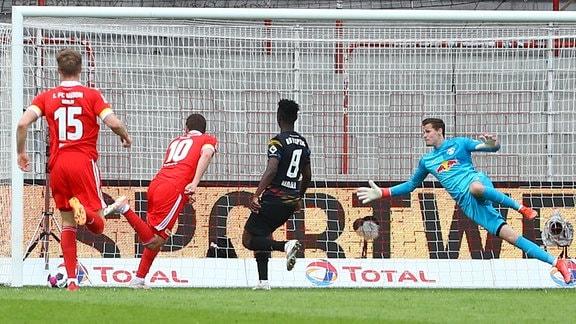 Max Kruse (10, Union) trifft gegen Torwart Josep Martinez (28, RB Leipzig) zum Sieg.