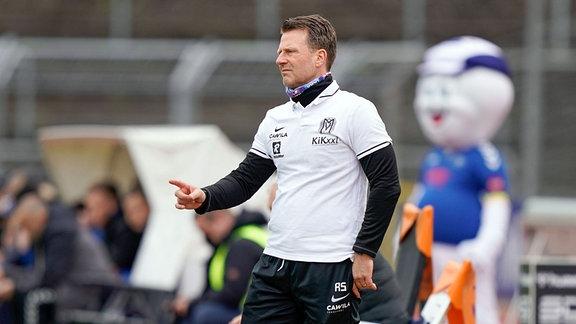Rico Schmitt, Trainer SV Meppen, gestikulierend am Spielfeldrand