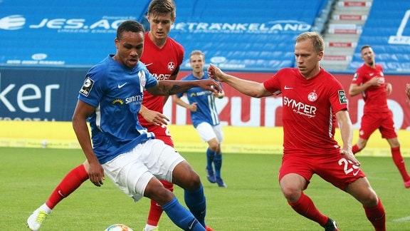 Rostocks Nartey behauptet sich gegen die FCK-Spieler Sickinger und Nandzik.
