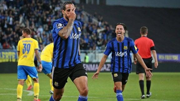 Adriano Grimaldi (1.FC Saarbruecken) bejubelt sein Tor zum 1:0