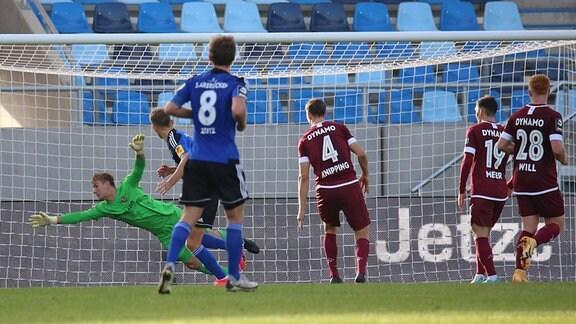 Nicklas Shipnoski 1.FC Saarbruecken koepft das 1:1