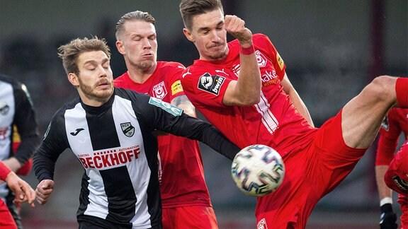 Lars Ritzka, SC Verl (li.) und Sören Reddemann, HFC, im Kampf um den Ball.
