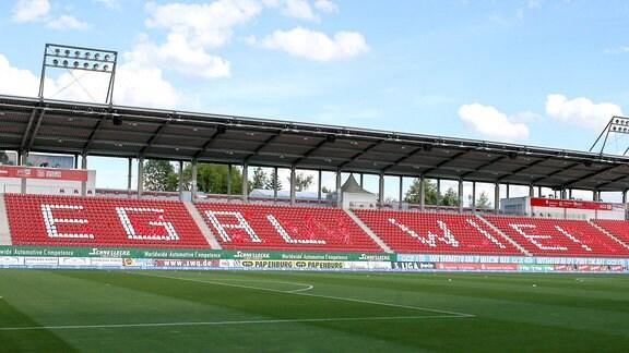 Schriftzug EGAL WIE  auf der Osttribüne im Zwickauer Stadion.