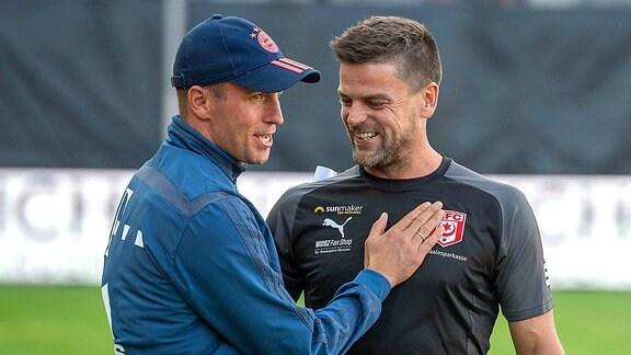 Torsten Ziegner (Cheftrainer, HFC,re.) im Gespräch mit Sebastian Hoeneß (Cheftrainer, Bayern München II)