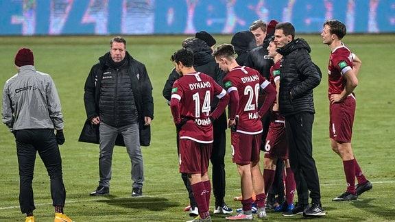 Trainer Markus Kauczinski Dynamo Dresden, SGD 2.v .li. und die Spieler von Dynamo Dresden nach Spielende enttäuscht schauend,
