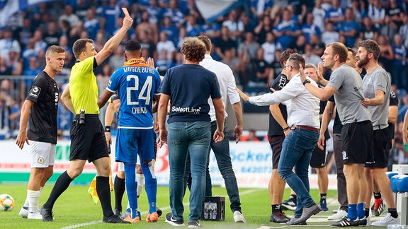 Silvio Bankert (Magdeburg, Co-Trainer) (rechts) bekommt Platzverweis durch Schiedsrichter Schiri Felix Zwayer.