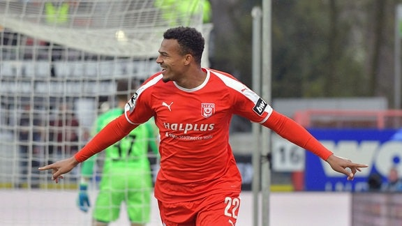 Marvin Ajani (Hallescher FC 22) jubelt nach dem 0:1