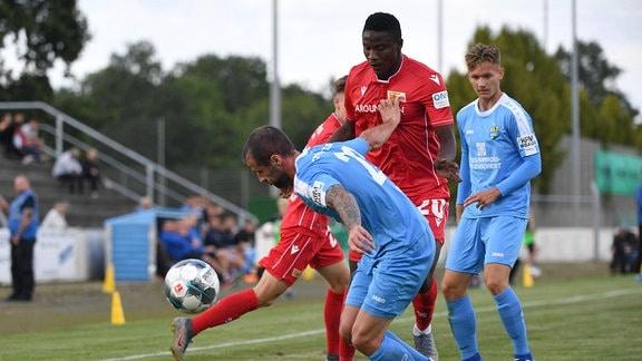 Zwei Fußballer, v. l. Thomas Doyle (Chemnitzer FC), Suleiman Abdullahi (1. FC Union), auf dem Spielfeld.