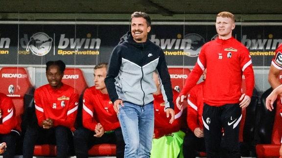 Thomas Stamm (SC Freiburg U23 Trainer) schaut auf das Spielfeld.