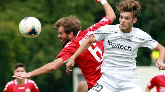Tom Zimmerschied (re.) (VfR Garching) gestoppt von Felix Bachschmid (SV Wacker Burghausen)