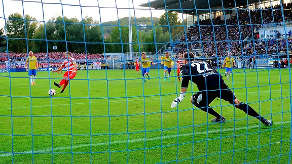 Toni Wachsmuth (Zwickau) überwindet Torhüter Jo Coppens (Jena) per Elfmeter zum 0:1