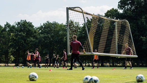 Ein Tor wird aufs Spielfeld getragen.