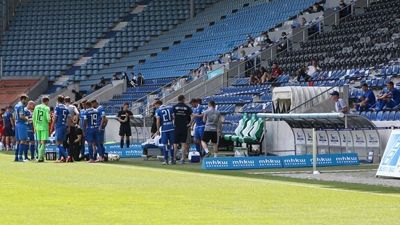 Trinkpause - Trainer Thomas Hoßmang Hossmang r., 1. FC Magdeburg coacht von der Tribuene aus