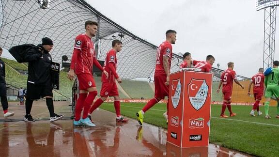 Tuerkguecue - Spieler laufen auf. Fussball, Tuerkguecue Muenchen TGM - SV Wehen Wiesbaden WIE