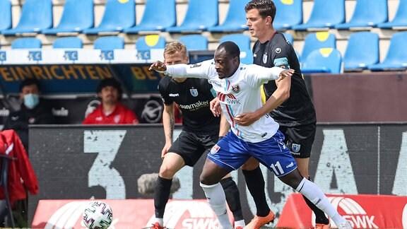 Christian Kinsombi KFC Uerdingen und Tobias Müller 1. FC Magdeburg im Zweikampf