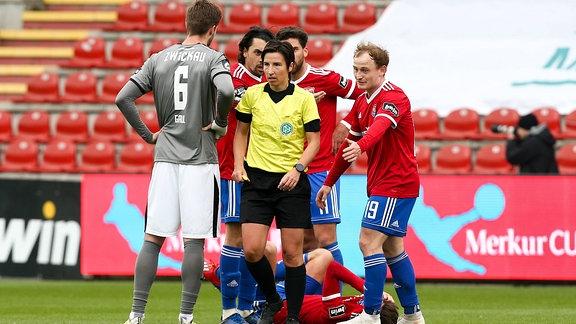 Rudelbildung um Schiedsrichterin Katrin Rafalski
