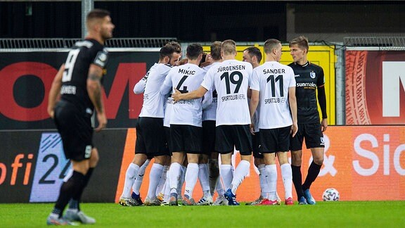 SV Verl - 1. FC Magdeburg -  SC Verl - FC Magdeburg: Jubel nach dem Tor zum 2:0 durch Zlatko Janjic
