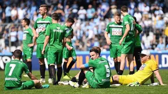Enttäuscht schauende Spieler des VfB Eichstädt nach dem Schlusspfiff