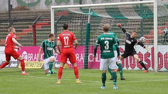 In dieser Szene erzielt 9 Lars Lokotsch FSV Zwickau das 0-1 gegen Lukas Räder VfB Lübeck.