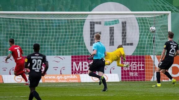 Tor zum 1:0, Mike Wunderlich, Viktoria Köln, Sven Müller Hallescher FC