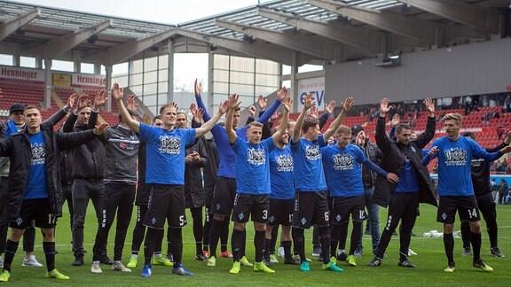 Die Waldhöfer Spieler feiern vor dem Gästeblock beim Spiel in der Regionalliga Südwest.