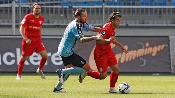 Marco Hoeger (SV Waldhof Mannheim) (v.l. ) und Jan Rafael Shcherbakovski (Hallescher FC) im Zweikampf.