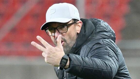 Claus-Dieter Wollitz (Trainer, FC Energie Cottbus) frustriert