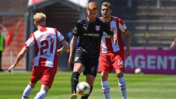 Mathias Fetsch (Halle) behauptet den Ball gegen Luke Hemmerich.