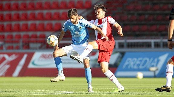 v.re.: Sebastian Schuppan FC Wuerzburger Kickers im Duell mit Dejan Bozic  33, Chemnitzer FC
